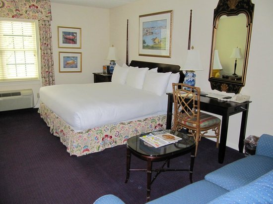 The Bellmoor Inn and Spa : Bed and desk 