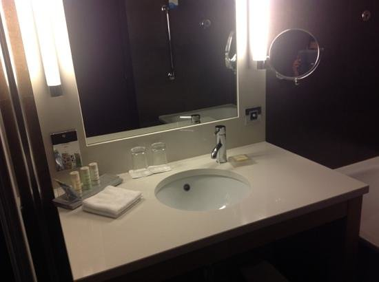 Radisson Blu Royal Hotel, Dublin: Bath Room 210