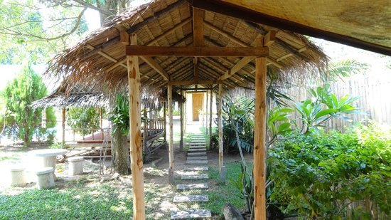 Phuket Airport Hotel: Thatched roof passage