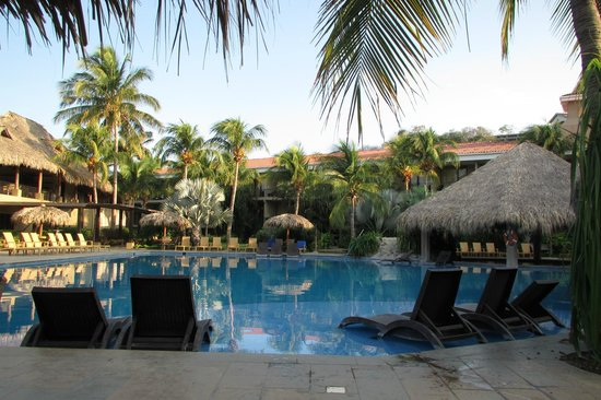 Flamingo Beach Resort & Spa: Pool on quiet morning