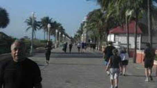 Historic Hollywood Beach Resort: Broadwalk is alive this morning