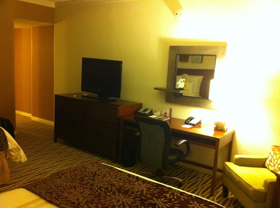 Dallas Marriott City Center: Dresser/Desk
