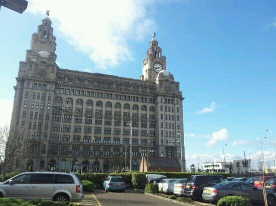 Crowne Plaza  Liverpool City Centre: liver building right across from our hotel