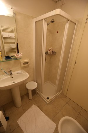Hotel Marco Polo: The tight shower cubicle