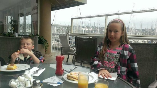 Bay Club Hotel & Marina: Breakfast on the patio