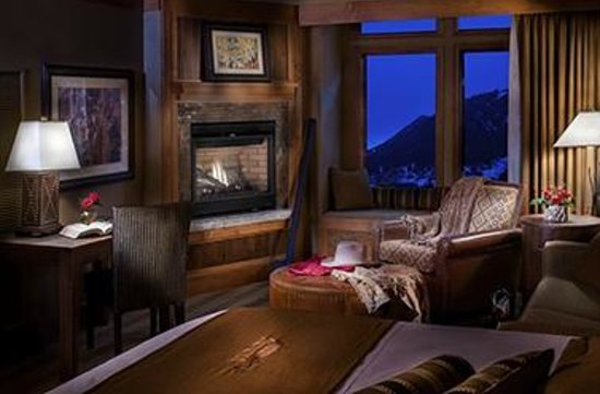 ‪‪Wyoming Inn of Jackson Hole‬: Inn King Fireplace Guest Room with cozy sitting area‬