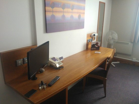 Premier Inn Sheffield - Meadowhall: Table