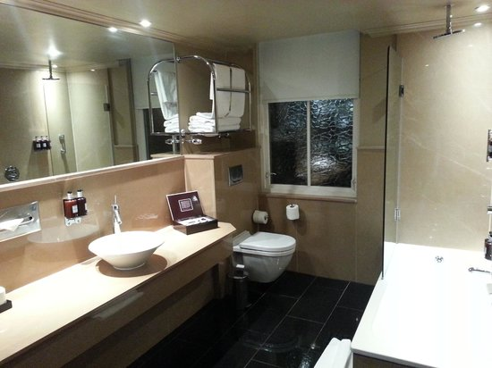 Radisson Blu Edwardian Bloomsbury Street : Large bathroom 