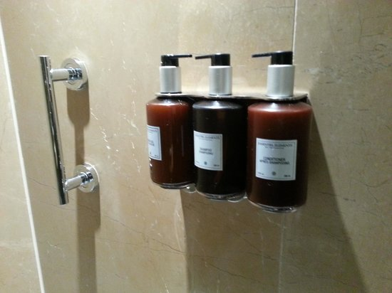 Radisson Blu Edwardian Bloomsbury Street : Variety of soaps in the shower 