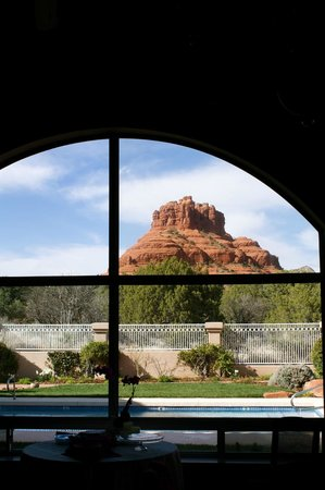 Canyon Villa Bed and Breakfast Inn of Sedona : Bell Rock from the dining room