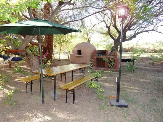 Cabaas Ancar Atacama: Sector asado, parrillas y mesa bajo arborizacin