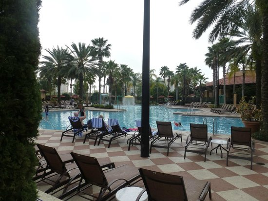 Floridays Resort Orlando: Lots of brand new chairs and fresh towells at the pool