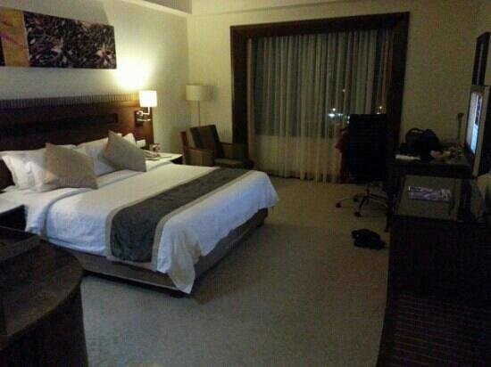One World Hotel: king size bed room