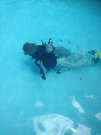 The Club, Barbados Resort and Spa: scuba diving taster in the pool