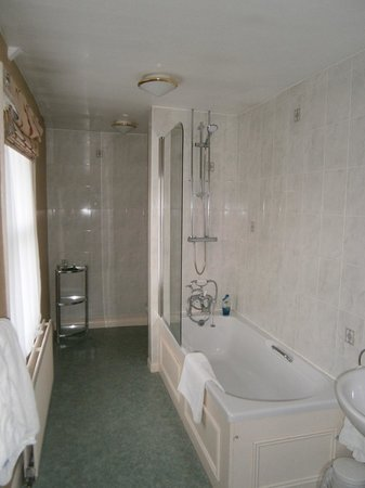 The George Hotel at Easingwold: Bathroom