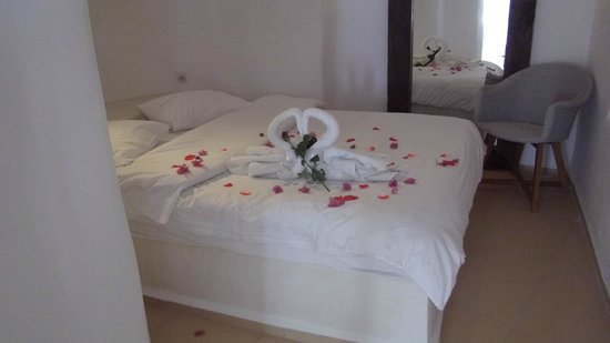 Residence Suites: Valentine's Room Decoration