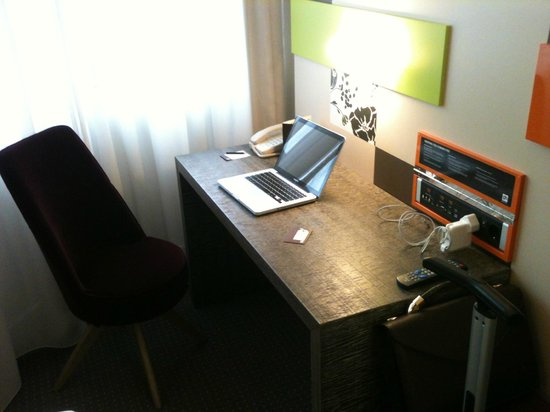 Pentahotel Reading: Work area in room. Chair wasn't great but the dest was nice and well-lit.