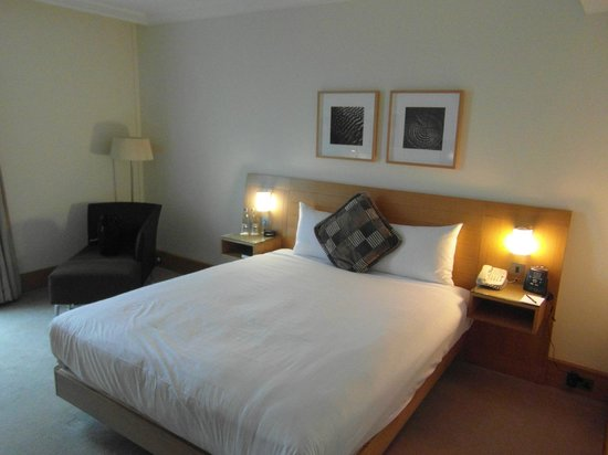 Hilton London Gatwick Airport: Good size king bed