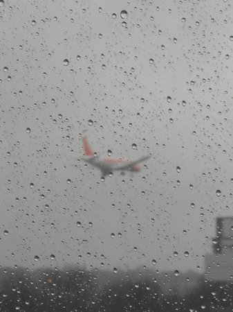 Hilton London Gatwick Airport: Good if wet view of arriving aircraft from room