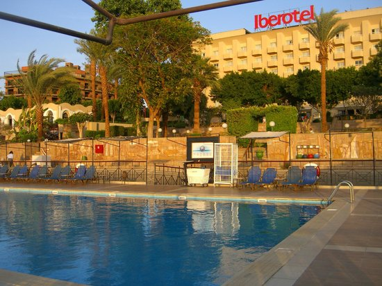 Iberotel Luxor: Back of hotel from pool