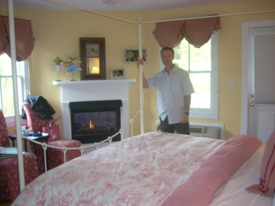 Five Gables Inn &amp; Spa: Really cute room with nice fireplace!