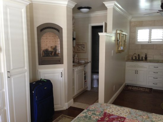 BeachComber Inn: Kitchen and bathroom area with fireplace