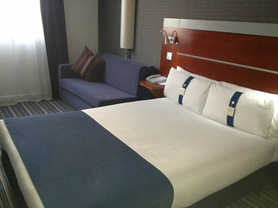 Holiday Inn Express London-Wimbledon-South: Bed & Sofabed