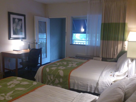 ‪‪Fairfield Inn & Suites Pigeon Forge‬: Balcony adds to spacious feel of room‬