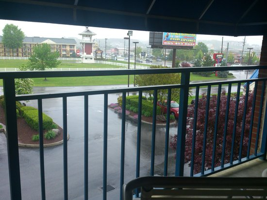 Fairfield Inn &amp; Suites Pigeon Forge: Balcony view &quot;Damon&#39;s&quot; restaurant side
