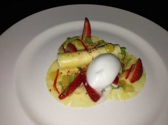 Stonedge, UK: Pineapple Canneloni Desert in the Red Lion, Yummy!