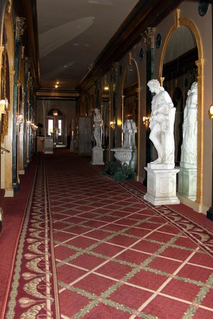 Natchez Eola Hotel: Couloir &amp; ses statues