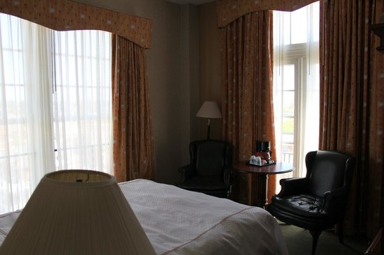 Natchez Eola Hotel: Chambre minimaliste