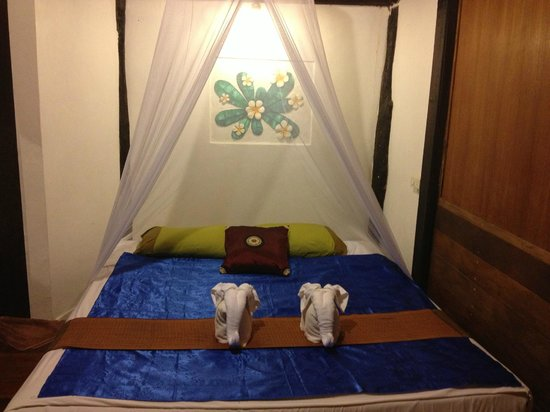 New Heaven Resort: Double bed in bungalow 2
