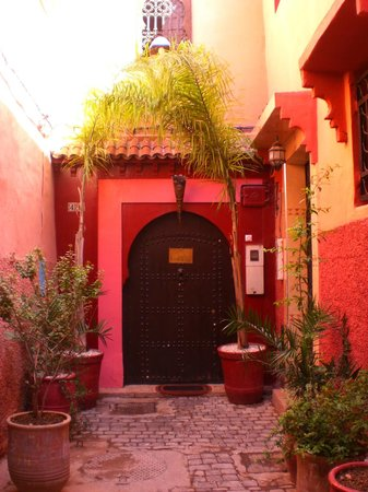 Riad La Porte Rouge: Not a red door!
