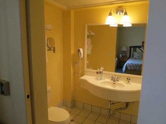 Hotel Santa Barbara: Bathroom Room 202