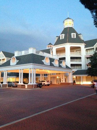 Disney's Yacht Club Resort: The front entrance....stunning.