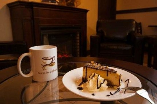 Stratford, Kanada: Turtle Cheesecake and coffee by the fireplace