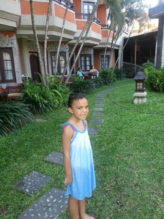 Adi Dharma Hotel: Walking to the pool