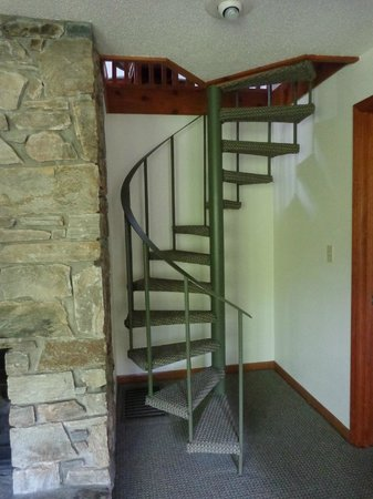 Lake Lure, NC: Spiral Staircase to Loft