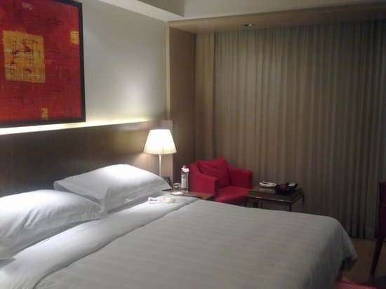 Trident, Bandra Kurla, Mumbai: Bed room with Sofa
