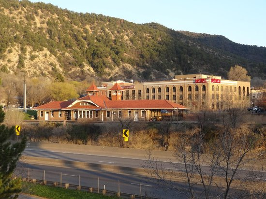 Hotel Denver: Train station in front and hotel behind it