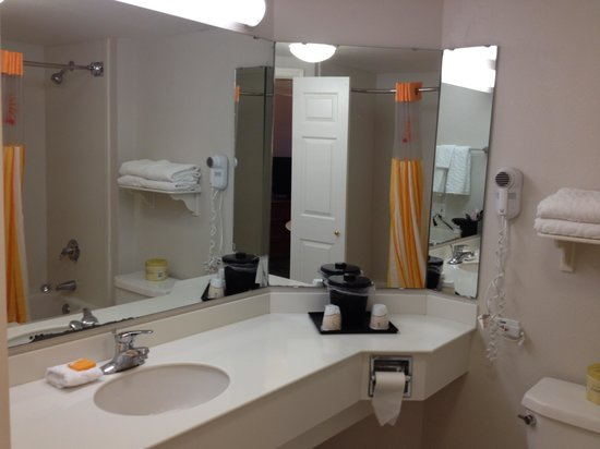 La Quinta Inn & Suites Ocala: Clean bath