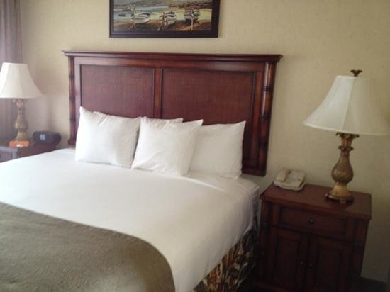 Oxford Suites Pismo Beach: clean bed