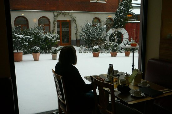 Boutique Hotel Stadthalle: Enjoying breakfast