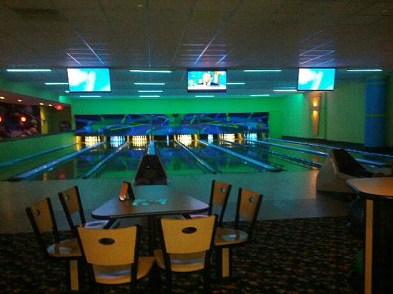 Coral Beach Resort &amp; Suites: Bowling Lanes in hotel