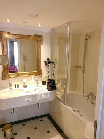 Stanhope Hotel: Bathroom with separate shower