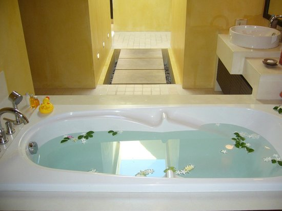 New Star Beach Resort: our lovely bathtub!