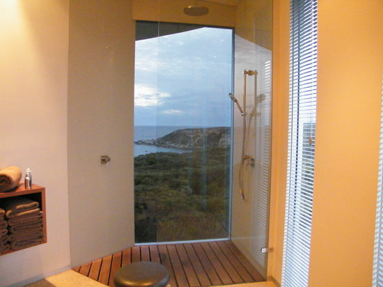 Southern Ocean Lodge: Spa - showe with view