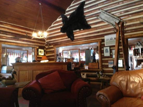Storm Mountain Lodge &amp; Cabins: inside the lodge