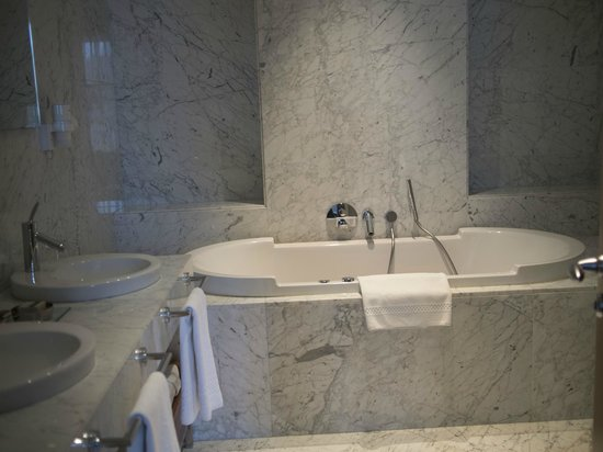 Tomtom Suites: Marble throughout the bathroom